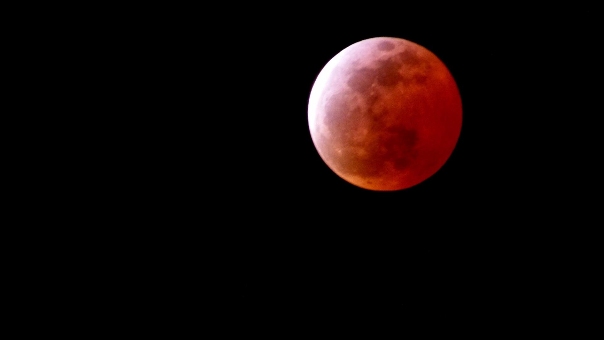 今夜は満月の月食